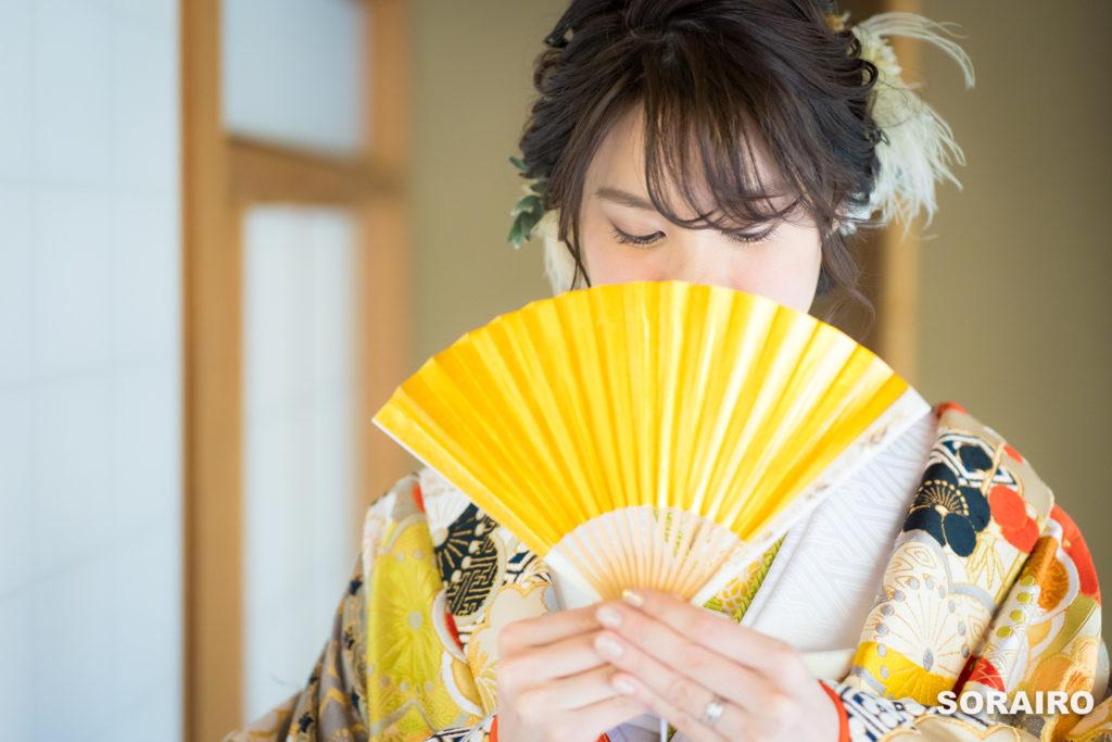 扇子を持つ和装姿の花嫁
