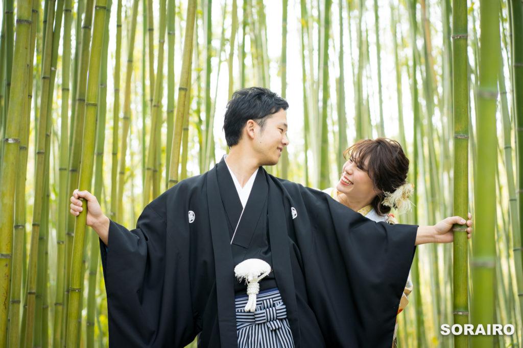 竹を手に持つ和装姿の新郎新婦