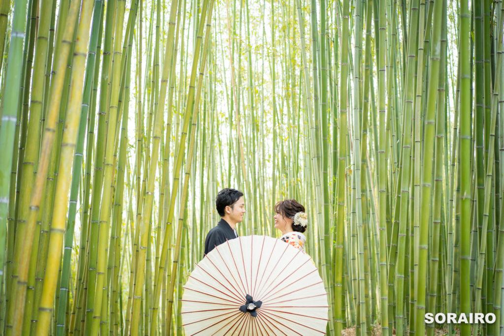 竹林で見つめあう和装姿の新郎新婦